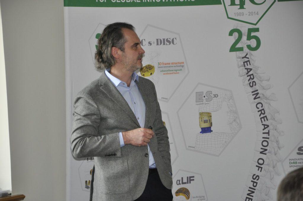 Przedstawienie przez prof. R. Gasika własnych doświadczeń klinicznych w stabilizacjach biodrowo-krzyżowych.